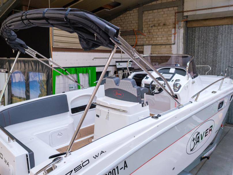 Sonnenschutz auf dem Wasser - weiße Motoryacht mit gefaltetem Verdeck
