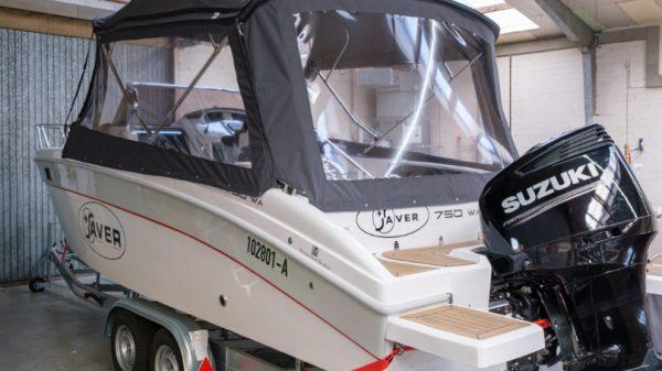 Graues Verdeck auf weißer Motoryacht für Sonnenschutz auf dem Wasser