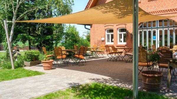 Sonneschutz für die Gastronomie - Beiges Sonnensegel über Terrasse Landcafe