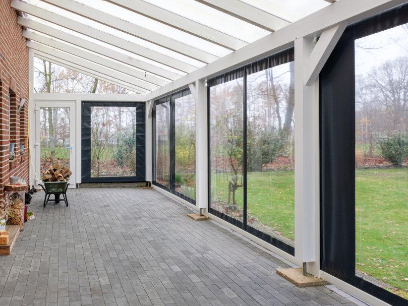 Terrasse mit einer Flexiwand und dem Blick ins Grüne